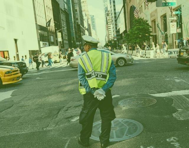 Policjant na skrzyżowaniu – czy rozumiesz jego ruchy?